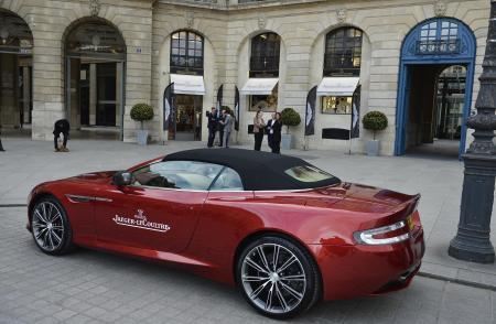 Une Aston Martin garée devant la boutique Jaeger Lecoultre de la place Vendôme