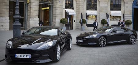 Deux Aston Martin garées devant la boutique Jaeger Lecoultre de la place Vendôme