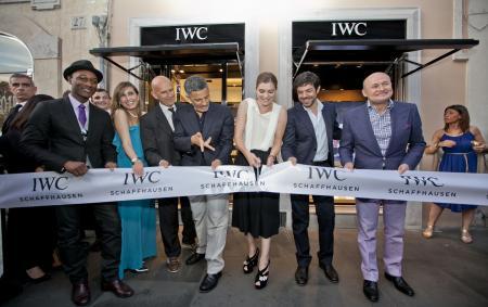 La coupe du ruban par Vittoria Puccini et Pierfrancesco Favino accompagnés par Georges Kern, CEO d'IWC Schaffhausen, l'artiste Rosario Fiorello, l'acteur Ricky Tognazzi, les réalisateurs Edoardo Ponti et Jacopo Gassman et le chef Filippo La Mantia.