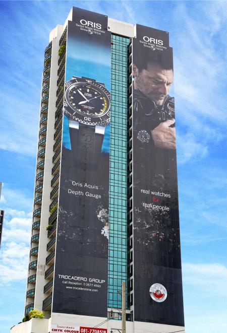 Mesurant près de 2 000 m2, l'affiche de la Oris Aquis Depth Gauge est la plus grande publicité de montre en plein air de Bangkok.