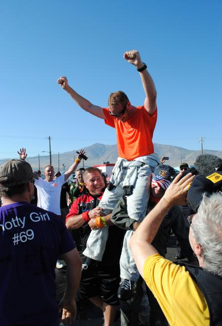 Don Vito Wypraechtiger, sponsorisé par Oris, fête sa victoire en tant que premier champion non-Américain de la Reno Air Race.