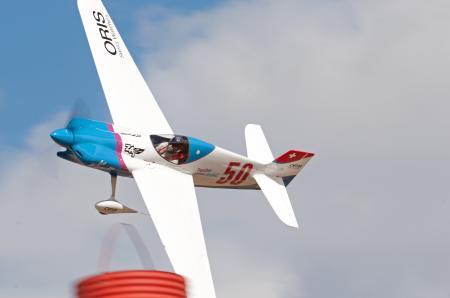 Don Vito, à bord du Scarlett Screamer de l'équipe Swiss Air Racing Team sponsorisée par Oris, a volé à une vitesse moyenne de 386 km/h sur le parcours technique de Reno.