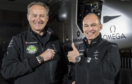 Lors de la conférence de presse, Bertrand Piccard et André Borschberg portaient le modèle OMEGA Speedmaster Skywalker X-33