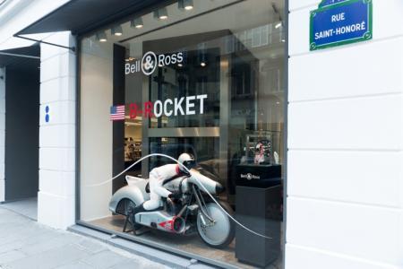 B-Rocket, la moto-avion révolutionnaire de Bell & Ross s'expose dans la vitrine du célèbre concept-store avant d'entamer son tour du monde.
