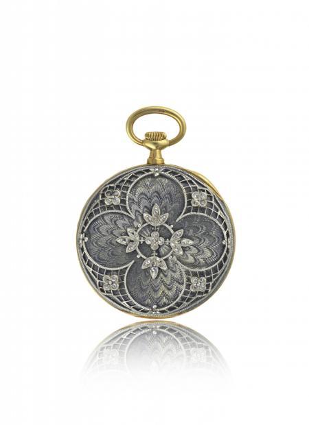 France 1909 - Montre-pendentif dame, or jaune, boîte en émail translucide sur fond guilloché, appliques décor floral platine et diamants. Cadran argenté.