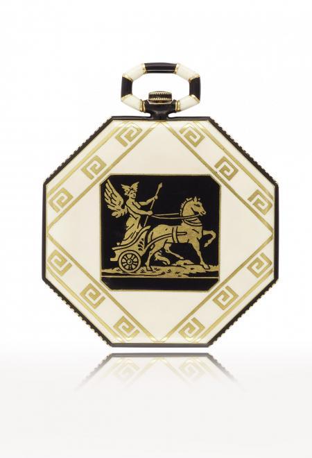 Grèce 1921 - Montre de poche, or jaune et émail, sur le fond une frise de style grec avec une scène en champlevé émaillé représentant Hermès sur son char. Cadran argenté. N° 11470