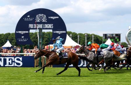 Ligne d'arrivée du Prix de Diane Longines, remporté par Grégory Benoist sur Avenir Certain.