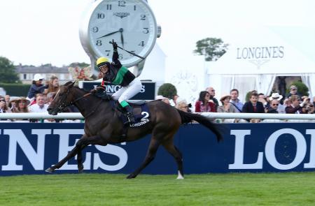 Ligne d'arrivée du Prix de la Reine Marie-Amélie Longines, remporté par Barbara Guenet sur New Outlook.