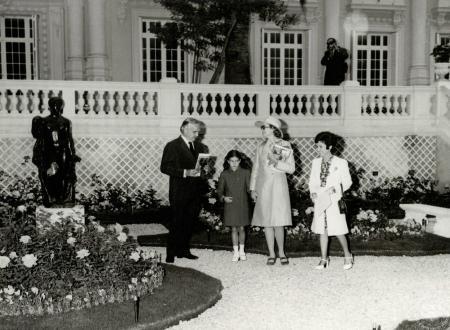 Baptême de la rose Stéphanie par le Prince Rainier, la Princesse Grace et la Princesse Stéphanie dans la roseraie du Musée National en 1973