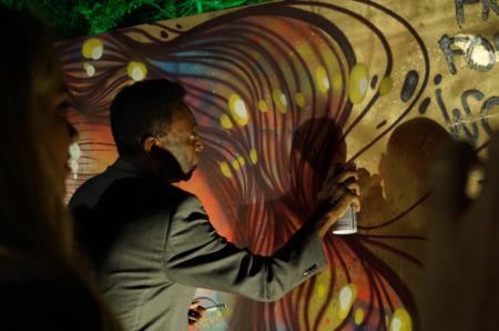 Le Roi Pelé, en pleine séance de graffiti