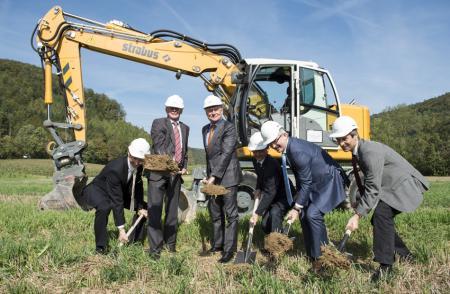 Georges Kern, CEO d'IWC, avec Reto Dubach, conseiller d'État, Peter Neukomm, conseiller financier de la ville et Raphaël Rohner, responsable des travaux