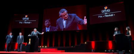 Sean Li et Zhixiang Ding (membres du jury) et Stephen Urquhart (CEO de Omega, marque lauréate du Prix « Revival » 2014)