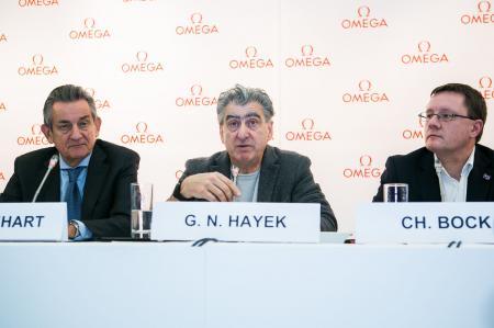 Nick Hayek, CEO du Swatch Group, entouré du Dr Christian Bock, directeur du METAS et de Stephen Urquhart, président d'OMEGA