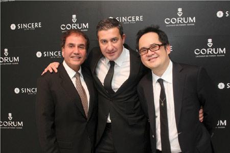 Victor Sassoon, Directeur Général de Corum Singapore Pte Ltd; Antonio Calce, CEO de Corum; Ong Ban, CEO de Sincere Fine Watches.