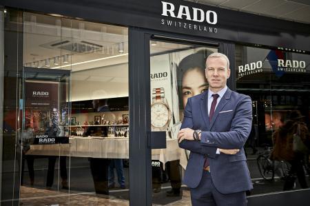 Matthias Breschan PDG de Rado devant la première boutique Rado en Suisse