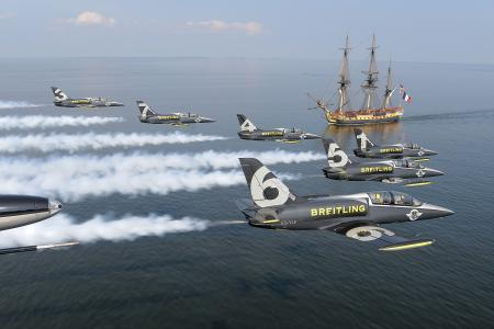 Le Breitling Jet Team survole l'Hermione au-dessus de la baie de Chesapeake