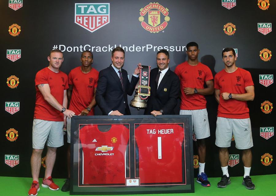 Loic Biver et Jamie Reigle et 4 joueurs de Manchester United échangent les présents