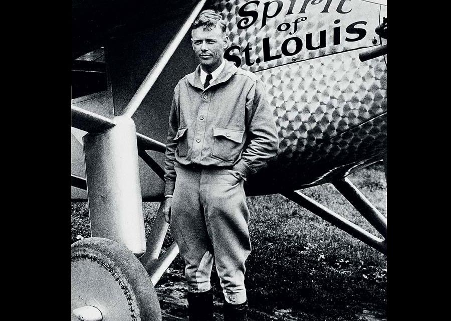 Charles Lindbergh devant le Spirit of St. Louis