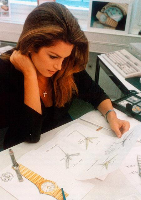 1996 - Cindy Crawford étudiant le design de la Mini Constellation