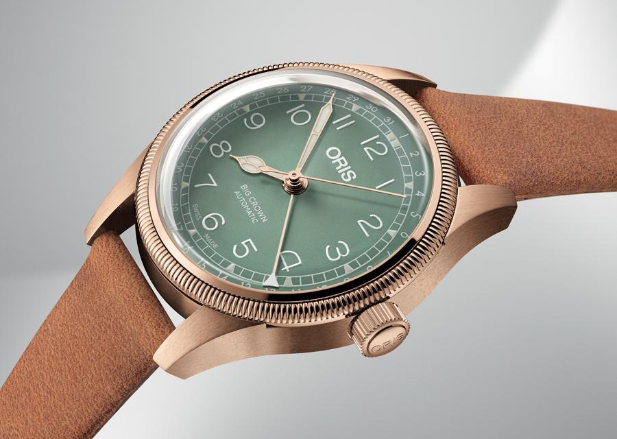 Un cadran vert clair et une aiguille Pointer Date blanche pour la version féminine en bronze