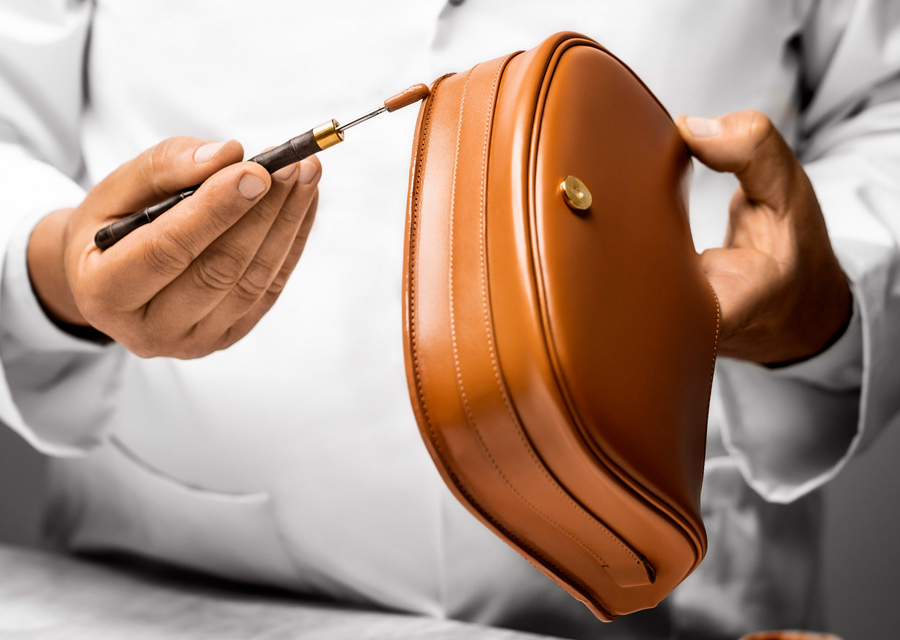 Confection du sac Bobby Dior dans les ateliers à Florence