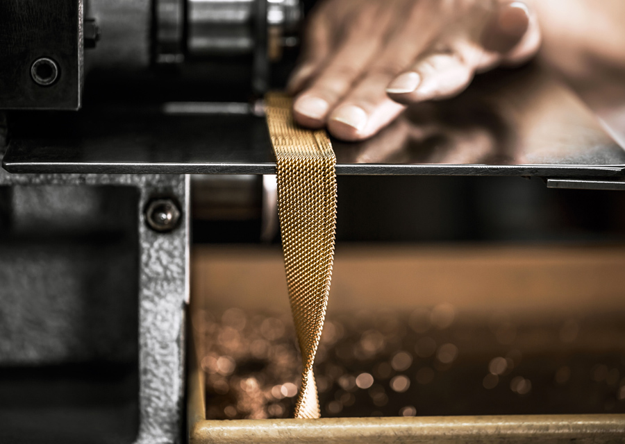 Fabrication d'un bracelet en maille milanaise pour la D de Dior en or rose