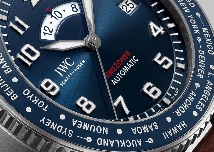 La Montre d'Aviateur Timezoner Le Petit Prince d'IWC indique l'heure du second fuseau dans un guichet en arc de cercle