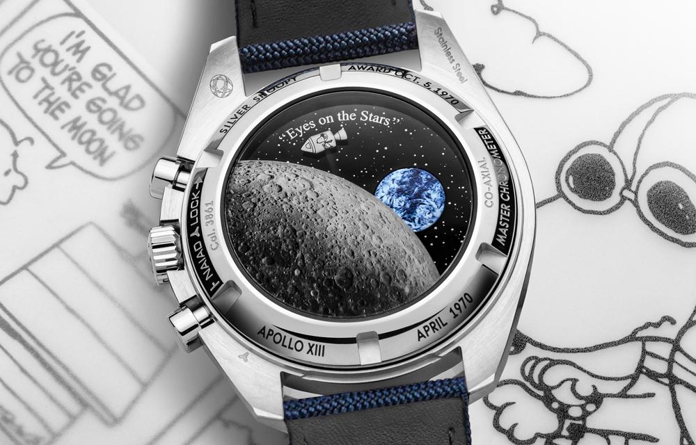 La montre Omega Speedmaster Silver Snoopy Award possède un fond décoré d'un petit Snoopy et d'une Terre mobiles