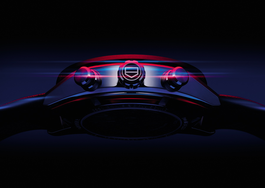 La couronne du Chronographe TAG Heuer Carrera Porsche arbore le logo en écusson de TAG Heuer
