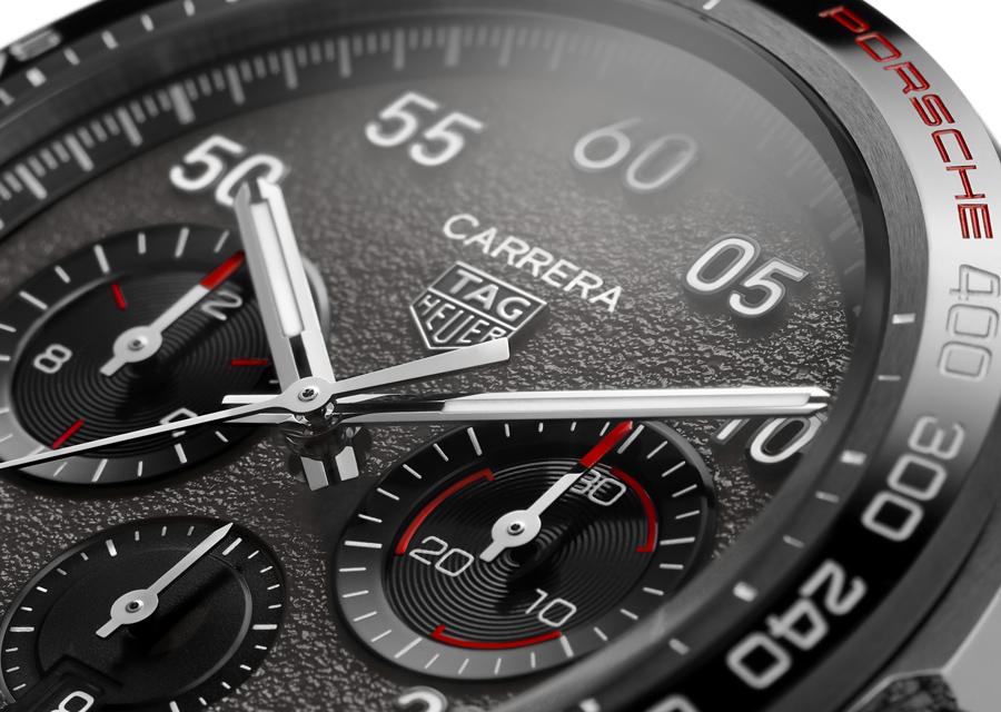 Le Chronographe TAG Heuer Carrera Porsche reprend de nombreux éléments de l'univers Porsche sur son cadran.