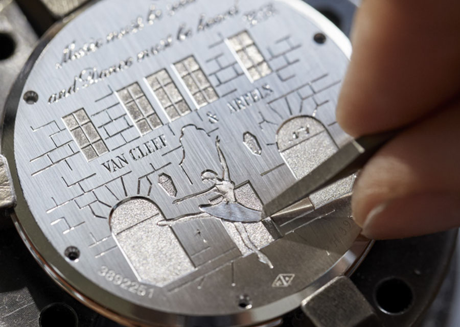 Gravure du dos de la montre Van Cleef & Arpels