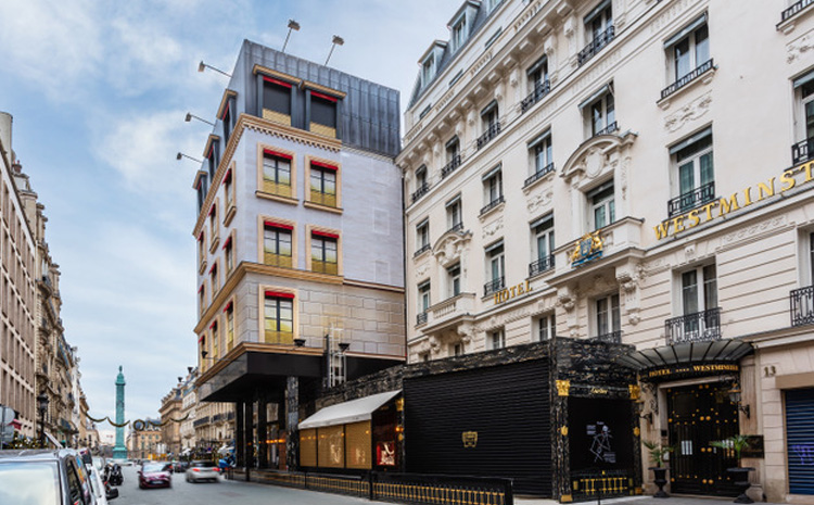Avec son habillage en trompe-l'oeil, Cartier repousse les limites de la scénographie urbaine avec JCDecaux Artvertising.