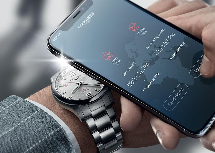 Cette Longines Conquest V.H.P. GMT Flash Setting possède un intelligent et ludique système de pilotage de la montre par la lumière émise par un smartphone.