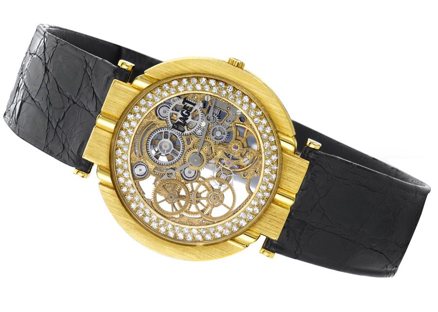 Grand collectionneur, le trompettiste Miles Davis parait souvent une montre Piaget squelette  en or jaune et diamants sur scène