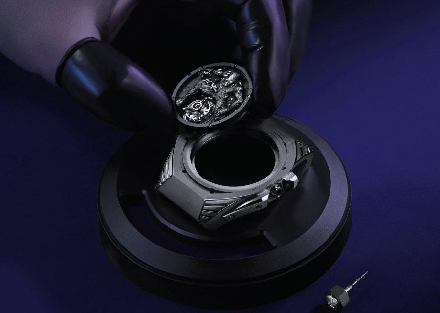 Au coeur de la Royal Oak Concept Black Panther Tourbillon Volant, le représentation de Black Panther est une oeuvre d'art miniature