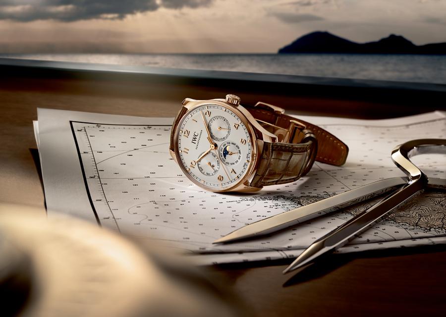 La Portugaise est l'une des montres les plus iconiques de la manufacture IWC qui la propose ici en version or or rouge à calendrier perpétuel