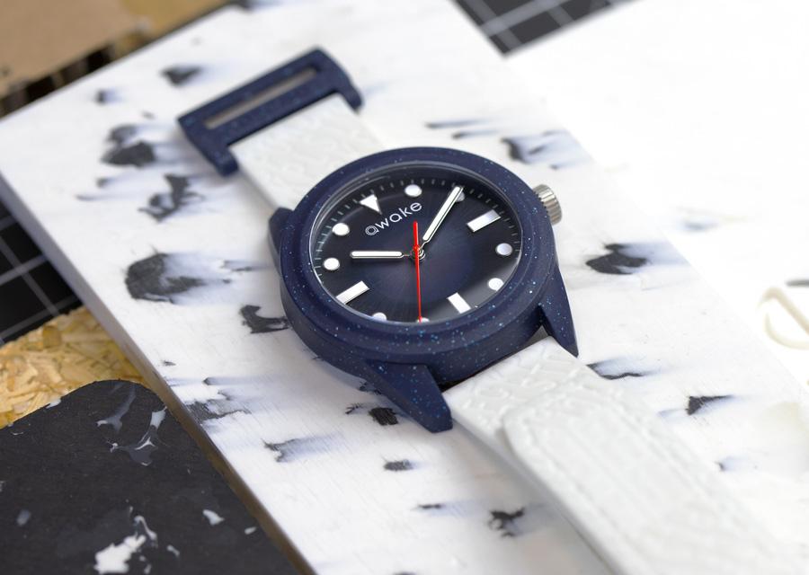 Filets de pêche recyclés, mouvement solaire et bracelet en freines de ricin , les modèles Awake AW.01 Atelier sont des montres de l'été qui ont la fibre écoresponsable.