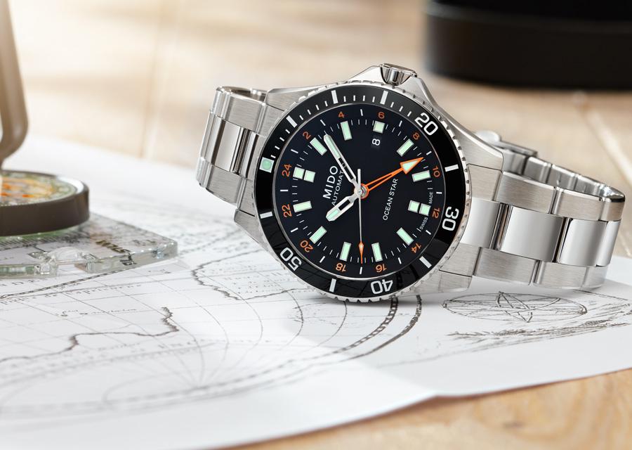 Etanche à 200 mètres, la montre de plongée Mido Ocean Star GMT possède un lunette en céramique.