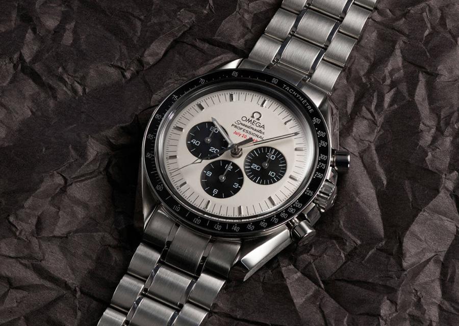 Le chronographe Speedmaster Apollo 11 35e Anniversaire possède un cadran panda noir et blanc