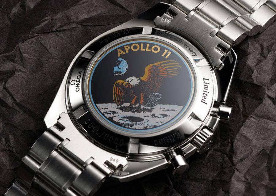 Spécifique à cette montre Omega Speedmaster Apollo 11 35e Anniversaire, le fond est décoré du logo de la célèbre mission