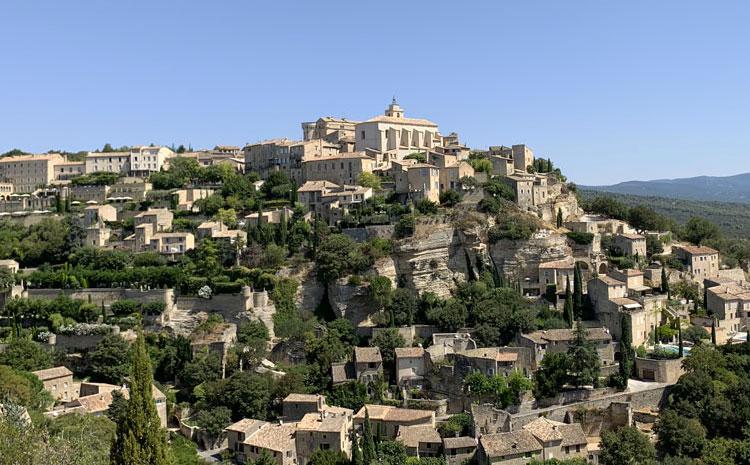 Gordes, un des plus beaux villages perchés de Provence.