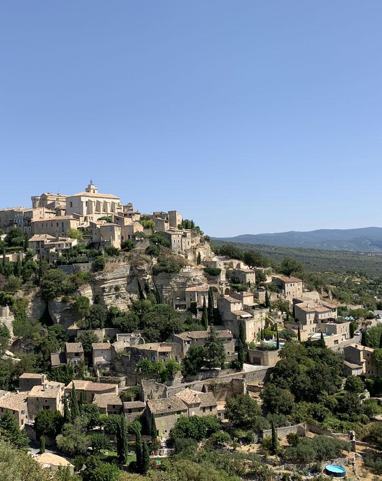 La Provence et ses villages typiques à flanc de falaises