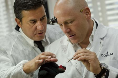 Antonio Calce - CEO de Corum - et Didier Cuche, admiratifs du travail des horlogers de la Maison.