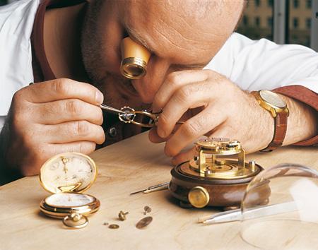 Assemblage des composants d'une montre