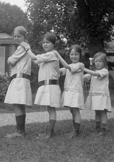 De gauche à droite, Yvonne, Jacqueline, Simone et Aline Hermès, enfants, en 1912